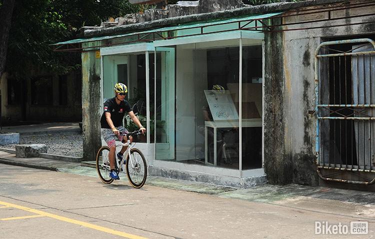 或者骑行在城市的大街小巷