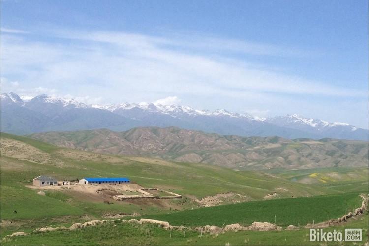 喀拉峻草原与天山山脉.jpg