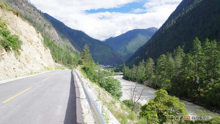察隅县到古玉乡79公里,一直沿着河流峡谷缓上坡,虽然是超爽的柏油马路
