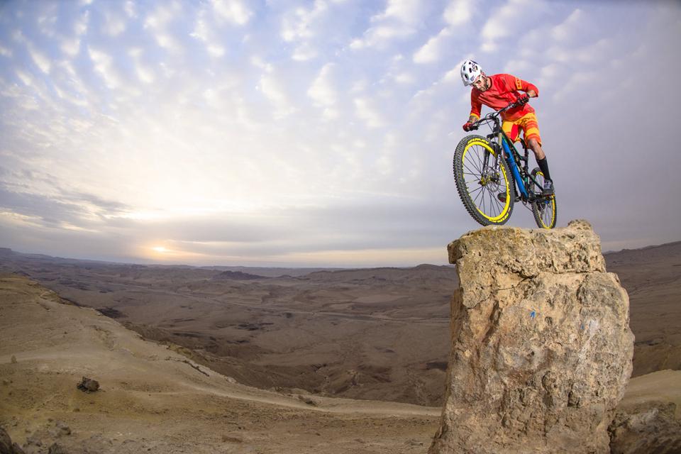 骑行在巨石上