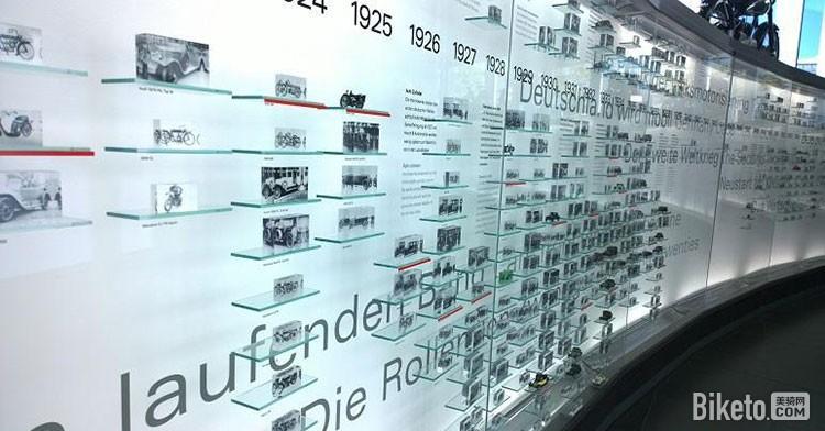 在博物馆一层,一面奥迪汽车发展史的展示墙很让人震撼!