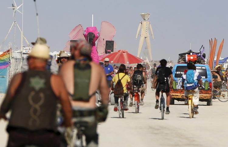 火人节期间,自行车是黑岩城居民们最主要的交通工具.jpg