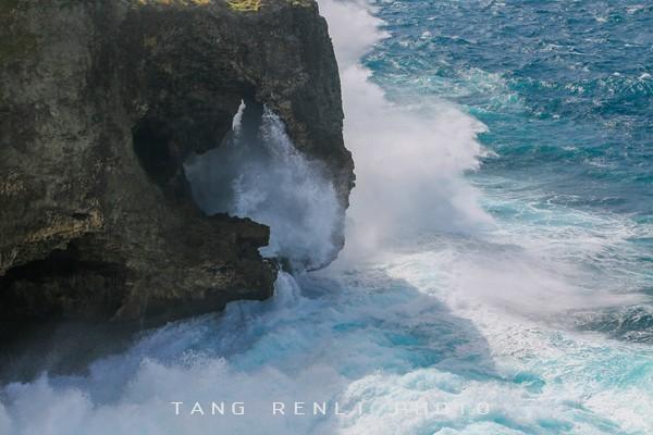 在这里既可以欣赏海天一色,还可以俯视悬崖峭壁下的珊瑚礁.)