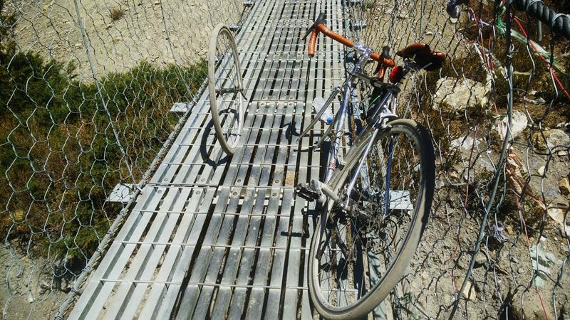 �N瑟的代价,冲吊桥,轮子卡缝里了.jpg