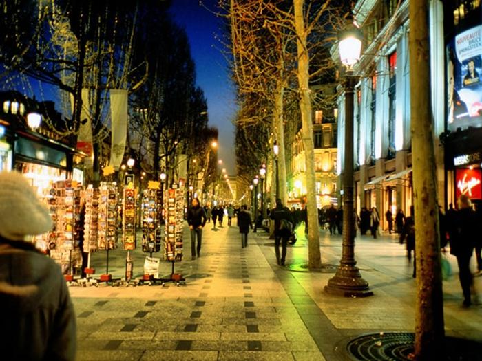 两旁被浓密法国梧桐树遮盖下的悠闲,体会着巴黎人的生活和浪漫…名店