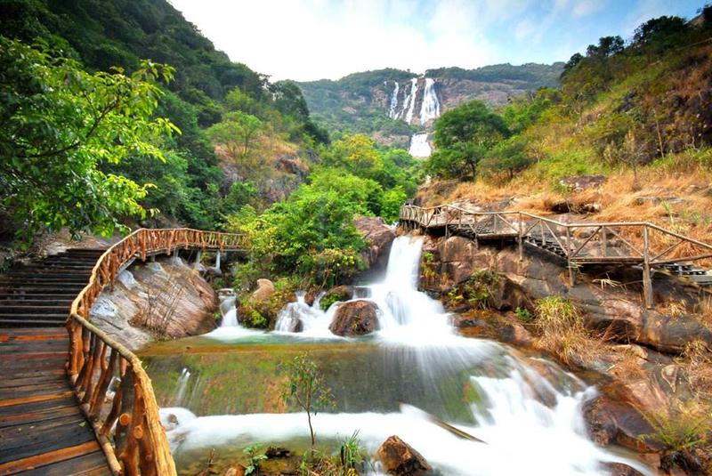风景名胜区内,像一块碧绿的翡翠镶嵌在白水仙瀑景区与南昆山景区之间