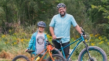 为了让女儿爱上骑车,爸爸亲手打造了一辆手工自行车