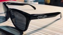 轻到没朋友 LMH怒提Oakley Frogskins太阳镜