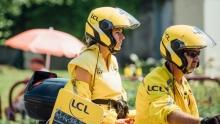 与车手同行 环法主集团前方穿黄色衣服的女人