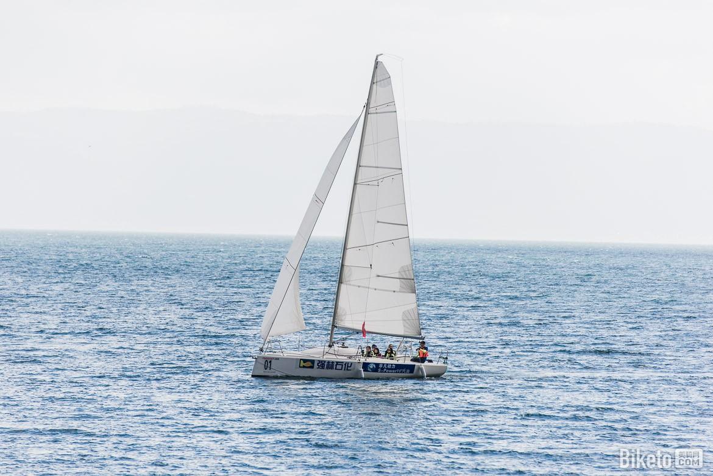 开发建设帆船、游泳、环湖骑行、跑步、健步走、海上垂钓、沙滩排球等体育旅游产品,打造蓝色抚仙湖运动休闲带