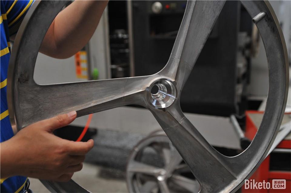 轮组上加装发电装置的卡位