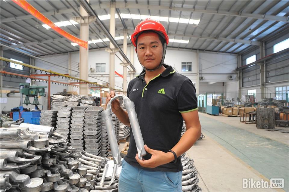 广镁的研发工程师为我们展示其生产的镁合金前叉外筒