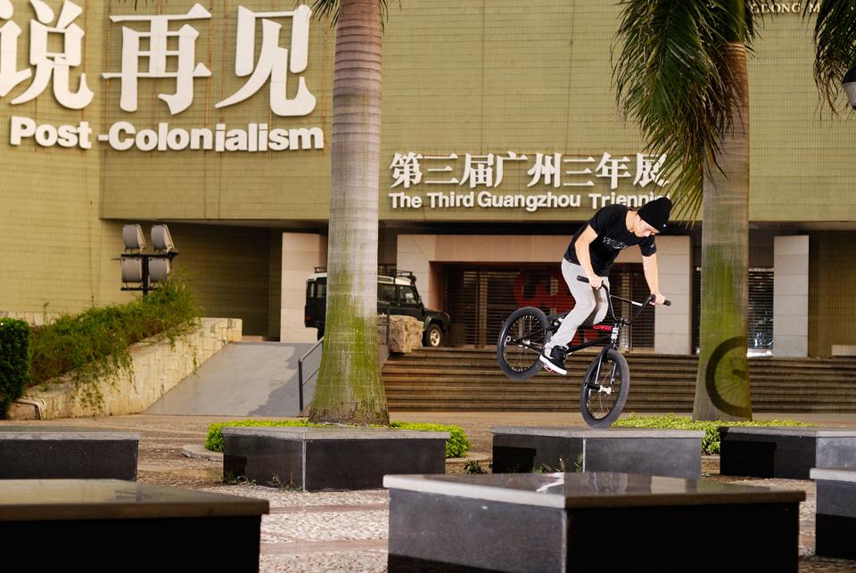 梁乐民在街头练习花式BMX