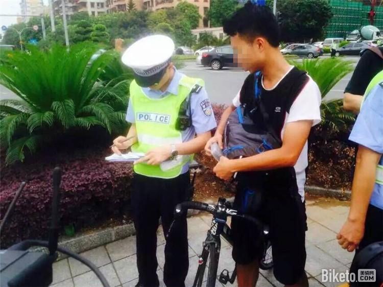 广东车友骑车进入机动车道吃20元罚单