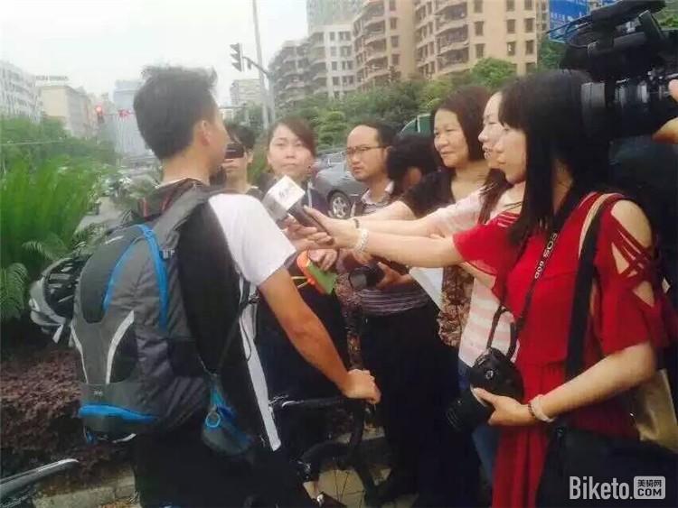 第一个吃罚单的车友被当地记者争相采访