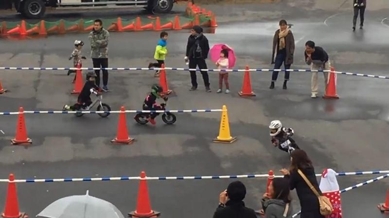 幼儿滑步车比赛