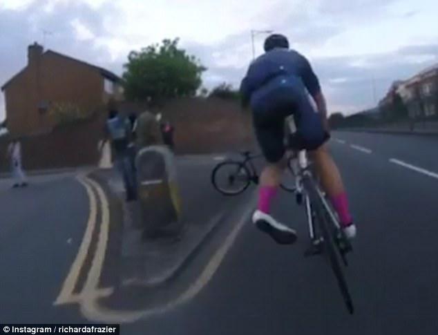 英街头小恶霸故意拦截自行车队致一人受伤