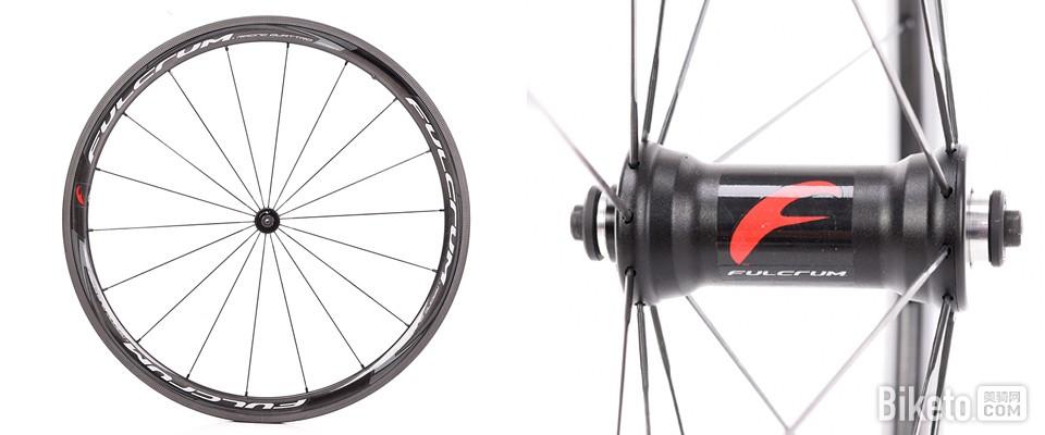 """这期进入Biketo美骑网进行测试的Racing Quattro Carbon,是Fulcrum在2016年正式推出的首款碳纤维开口轮组;""""italian do it better.""""(意大利人做得更好)相信也是众多追求高质量装备爱好者的格言,下面我们将一探究竟这款由意大利全手工制作的Fulcrum全新碳纤维开口轮组。"""