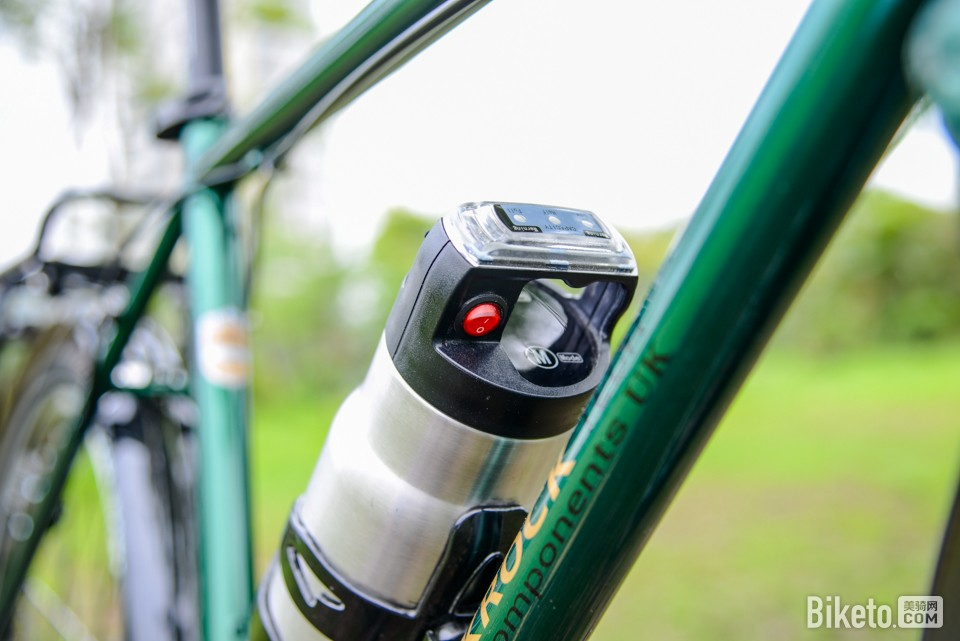 轻松骑长途 DARKROCK黑岩电助力旅行车评测_电池开关