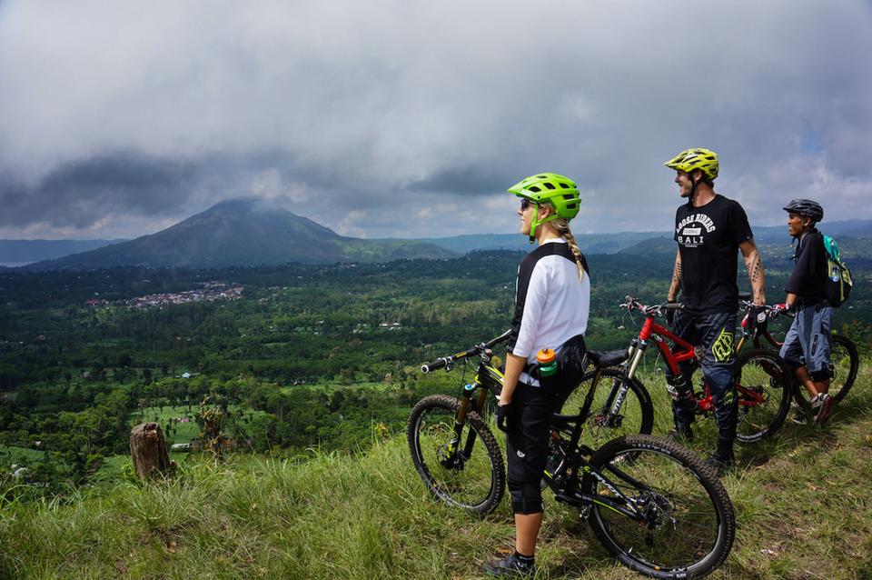 巴厘的火山地貌给这座小岛平添了侏罗纪式的甚至是外太空式的景色.jpg