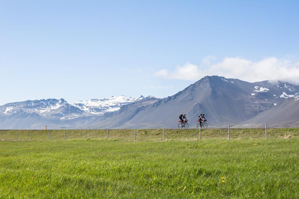 我们这会正骑车行经的地方风光是绝对美不胜收的,但可悲的是,我们俩都无心欣赏。.jpg