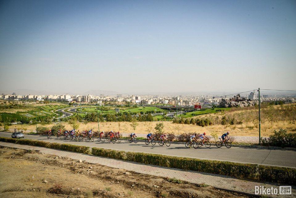 2015伊朗VIVA公路自行车赛就在德黑兰市中心米拉德电视塔附近的伊朗国家自行车赛道上举行.jpg